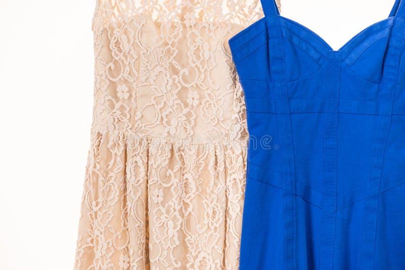 Vestidos coloridos que penduram no gancho de roupa foto de stock