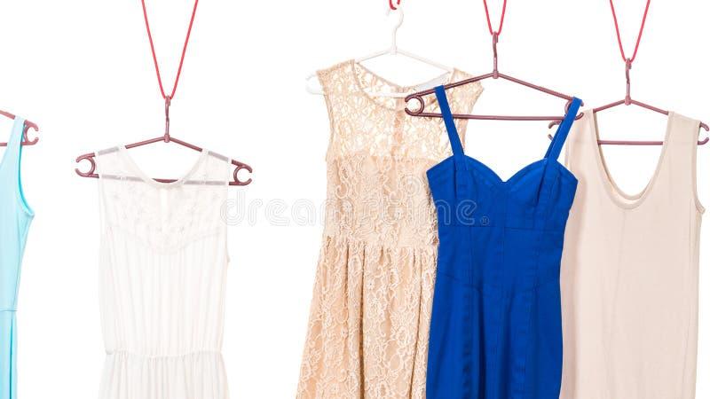 Vestidos coloridos que penduram no gancho de roupa imagem de stock royalty free