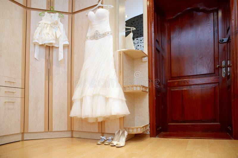 Vestidos de boda para las mamáes y las hijas, belleza, felicidad, matrimonio, casandose conceptos del estilo imagenes de archivo