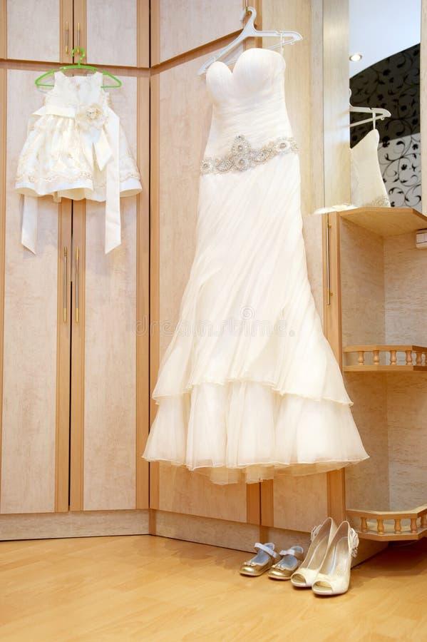 Vestidos de boda para las mamáes y las hijas, belleza, felicidad, matrimonio, casandose conceptos del estilo imagen de archivo libre de regalías