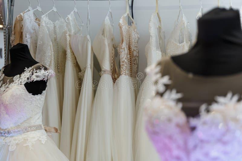 Vestidos de boda que se casan la tienda fotografía de archivo