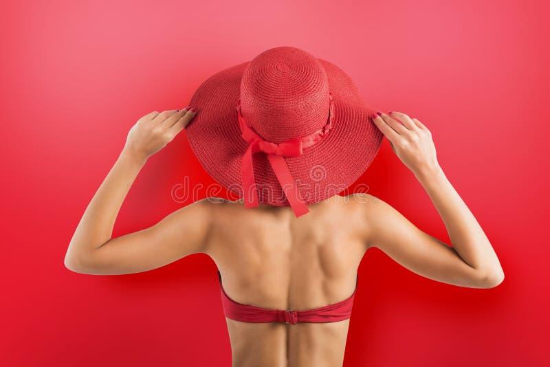 Vestidos de la muchacha un traje de baño y un sombrero en estilo rojo imagen de archivo libre de regalías