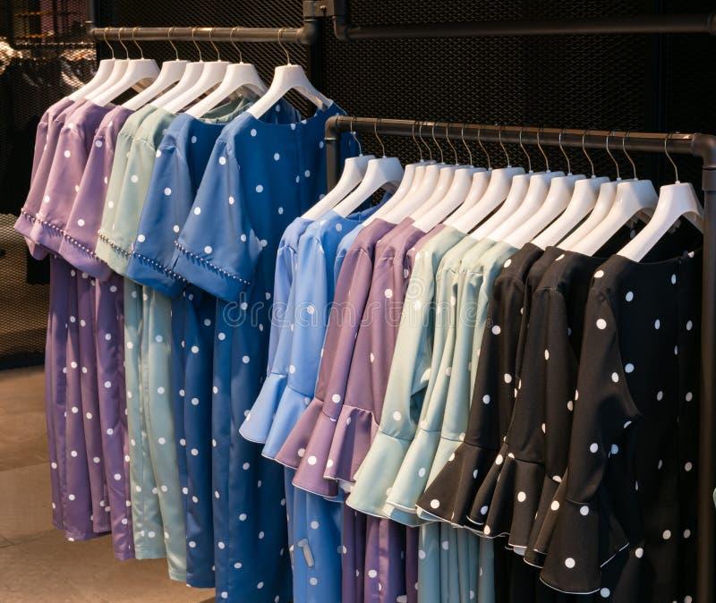 Vestidos elegantes em uma loja da forma fotos de stock royalty free