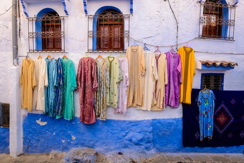 Vestidos para la venta en Chefchaouen fotografía de archivo libre de regalías