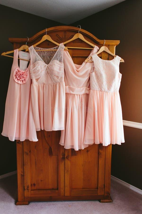 Vestidos Rosados Colgantes De La Dama De Honor Imagen de archivo ...