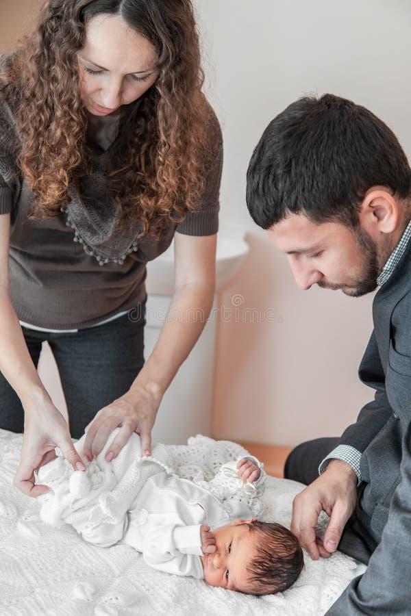 Vestindo acima um bebê fotografia de stock