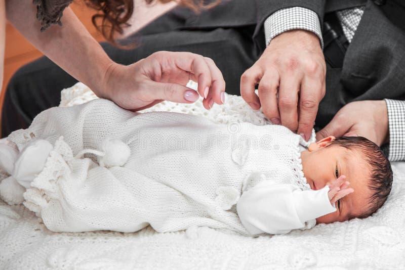 Vestindo acima um bebê imagem de stock