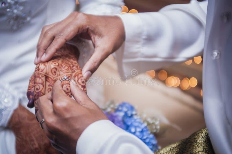 Vestindo a aliança de casamento foto de stock