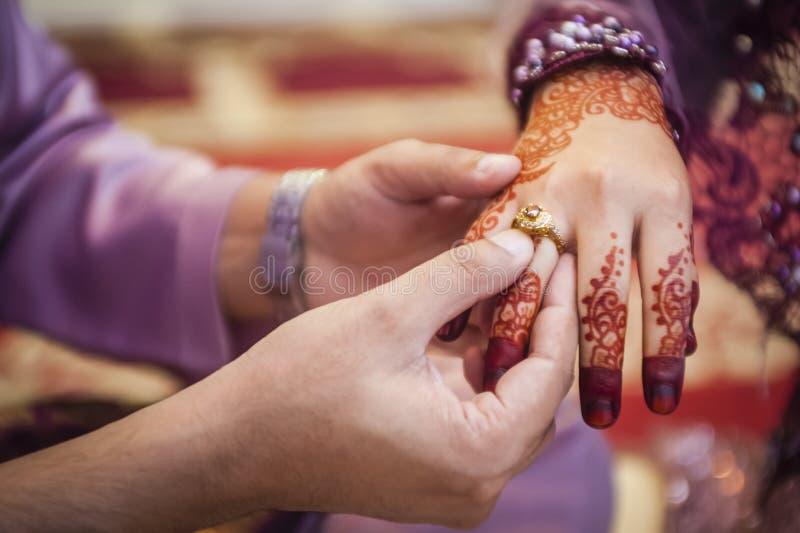 Vestindo a aliança de casamento imagem de stock royalty free