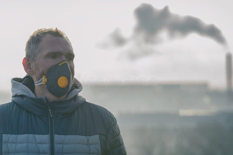 Vestindo um antipoluição real, contra a névoa e os vírus a máscara protetora imagens de stock