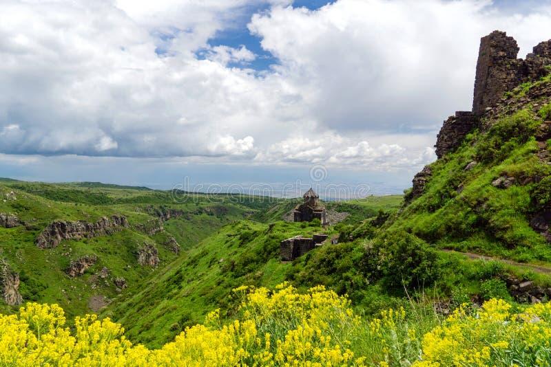 Vesting Amberd op de hellingen van Onderstel Aragats stock fotografie