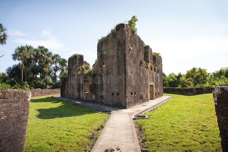 Vesting Bakstenen muren van Fort Zeelandia, Guyana Het fort Zeeland wordt gevestigd op het eiland van de Essequibo-rivier royalty-vrije stock afbeelding