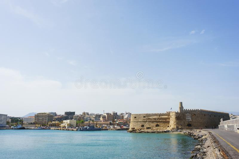 Vesting Kules en de overzeese baai op het Eiland Kreta stock afbeeldingen