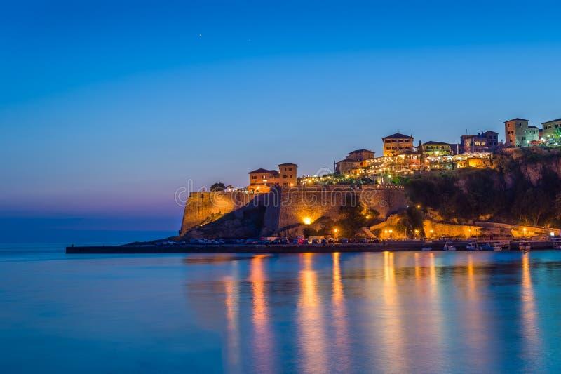 Vesting van de Ulcinj de oude stad bij nacht met zijdeachtige water en sterren op een hemel royalty-vrije stock fotografie