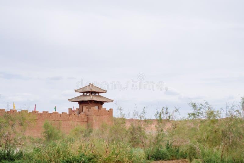 Vestingsmuur en watchtower bij de historische plaats van Yang Pass, in Yangguan, Gansu, China stock afbeelding