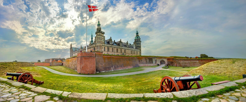 Vestingwerken met kanonnen en muren van vesting in Kronborg-kasteelkasteel van Gehucht Helsingor, Denemarken royalty-vrije stock afbeeldingen