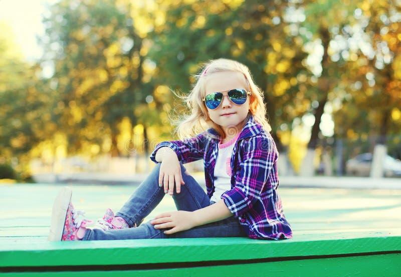 Download Vestir à Moda Da Criança óculos De Sol E Assento Quadriculado Da Camisa Imagem de Stock - Imagem de roupa, criança: 65576157
