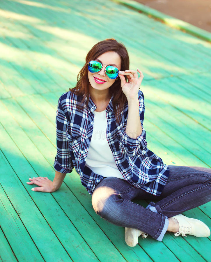 Download Vestir Bonito Da Mulher óculos De Sol E Camisa Quadriculado Imagem de Stock - Imagem de menina, olhar: 65576123