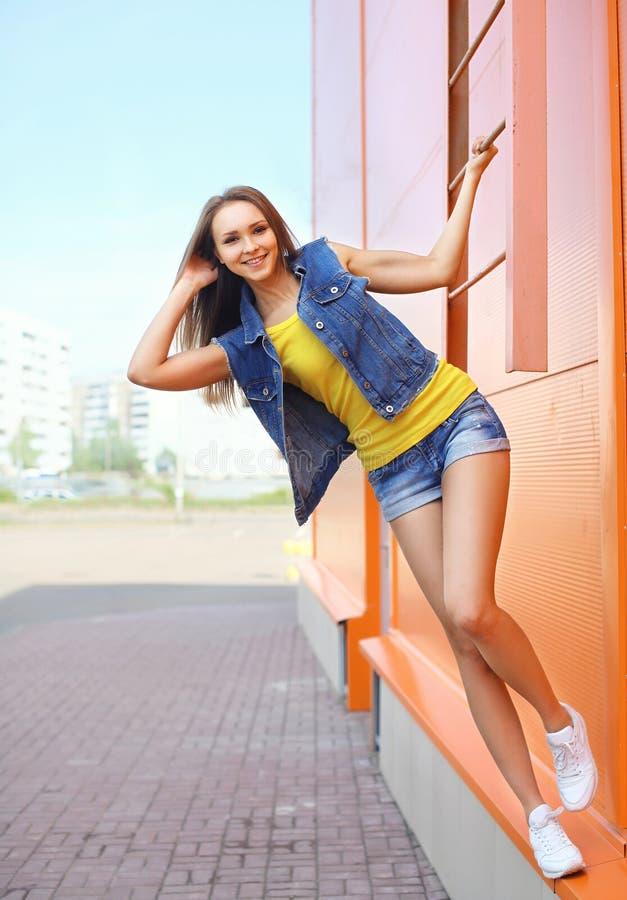 Vestir consideravelmente à moda da moça calças de brim veste ter o divertimento imagens de stock