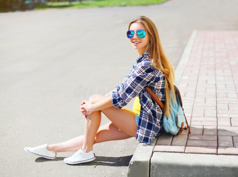 Download Vestir De Sorriso Feliz Bonito Da Menina óculos De Sol Foto de Stock - Imagem de povos, relaxe: 65577208