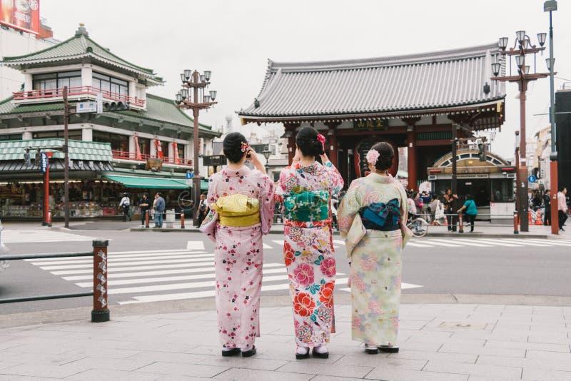 Vestir de três gueixas das mulheres tradicional fotografia de stock