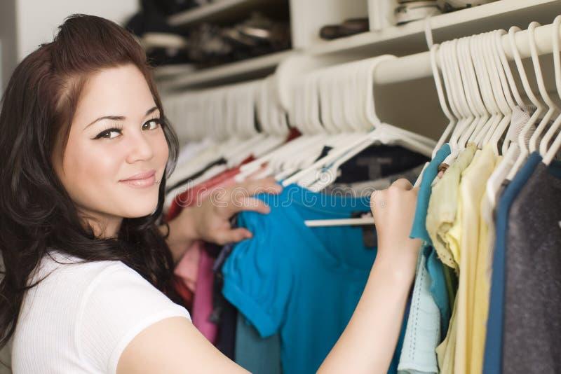 Vestiti in armadio fotografia stock