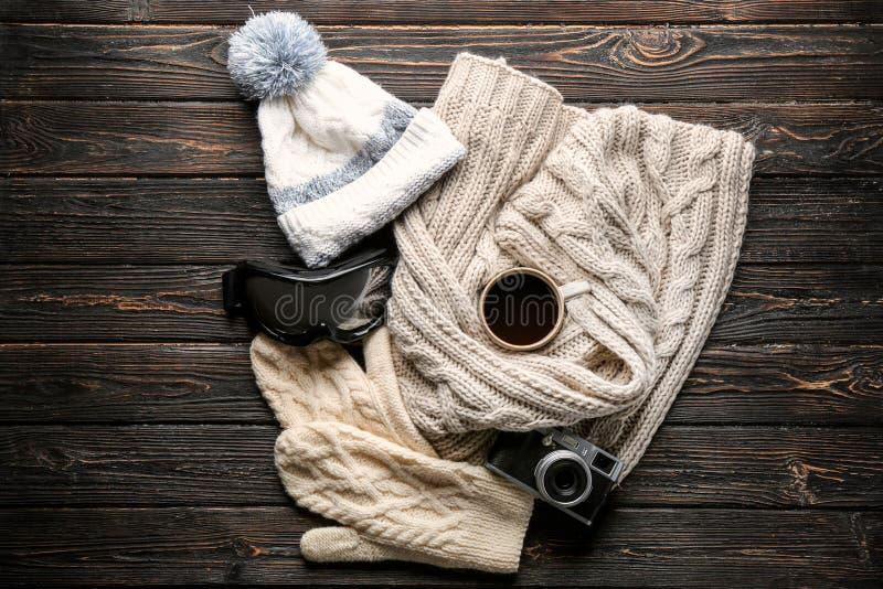 Vestiti caldi con gli occhiali di protezione dello sci, tazza di caffè immagine stock libera da diritti