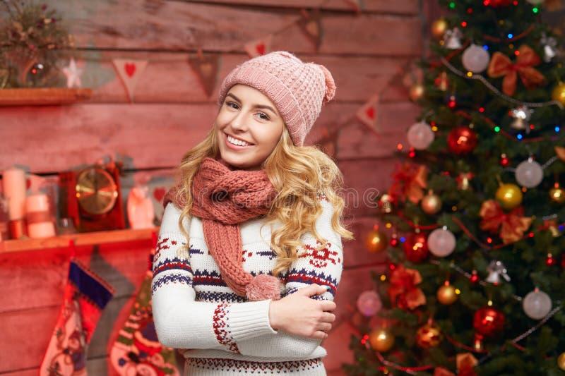 Vestiti caldi d'uso di inverno della donna sopra le decorazioni di Natale immagine stock libera da diritti