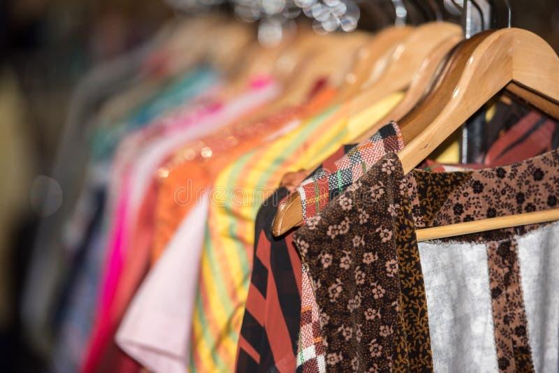 Vestiti d'annata da vendere dentro un negozio fotografia stock