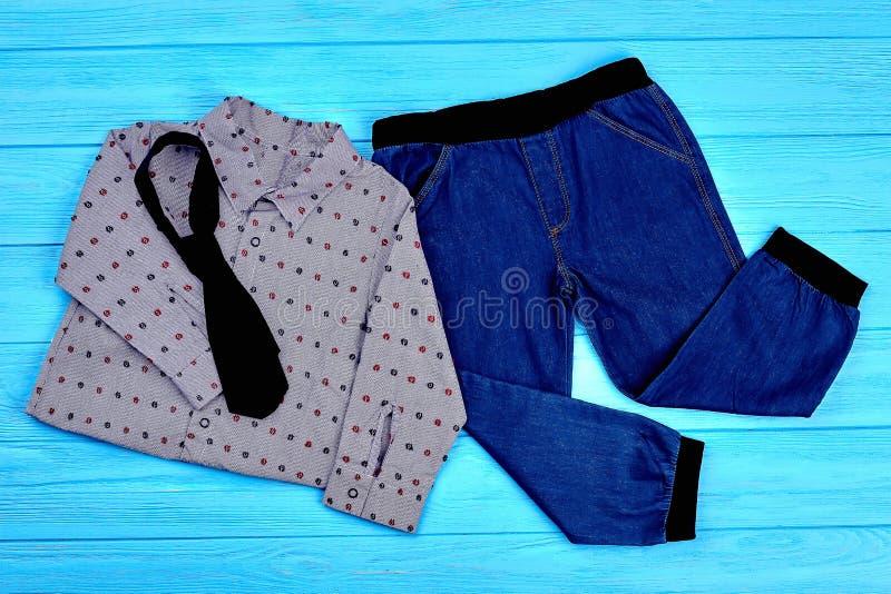 Vestiti d'avanguardia per i ragazzi del bambino fotografie stock libere da diritti