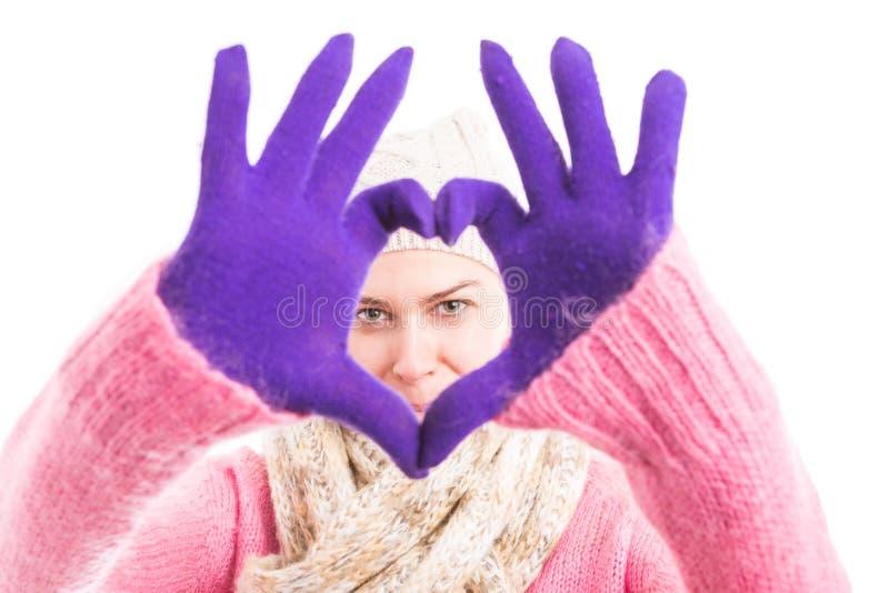 Vestiti d'uso di inverno della donna che mostrano forma del focolare fotografie stock