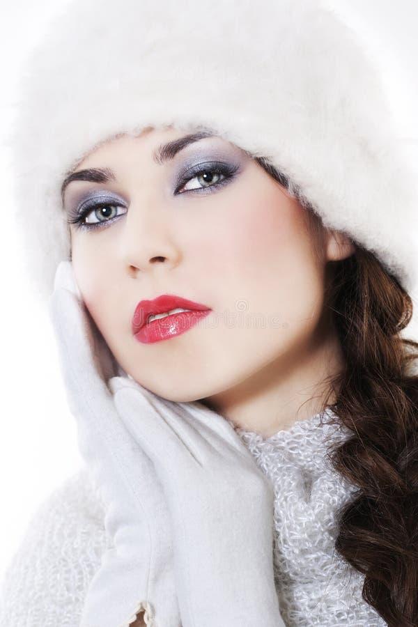 Vestiti da portare di inverno della giovane donna fotografie stock libere da diritti