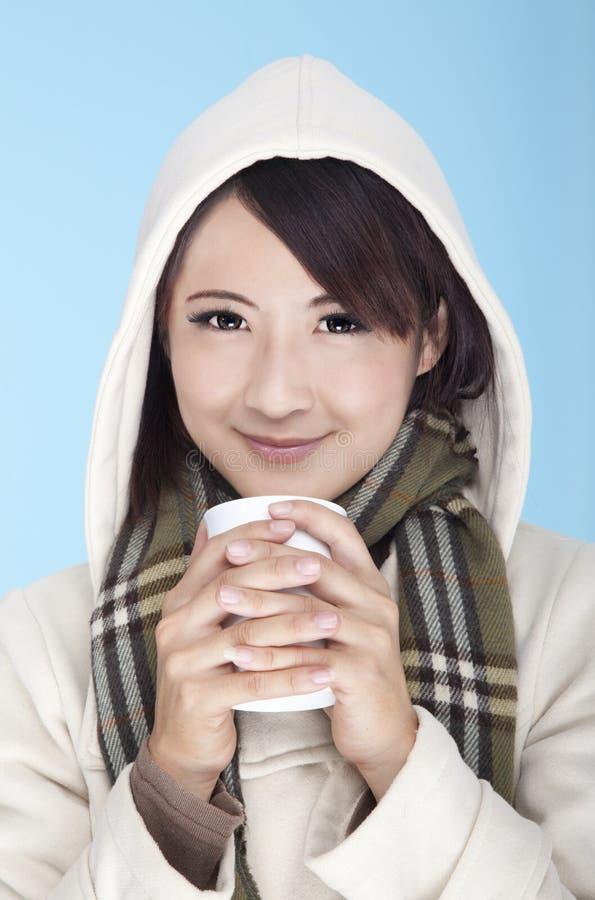 Vestiti da portare di inverno della giovane donna fotografia stock libera da diritti