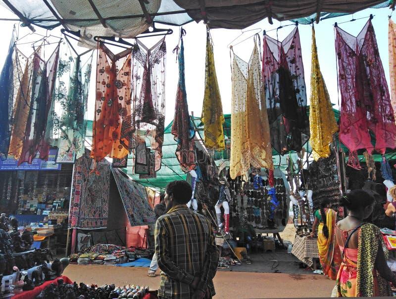 Vestiti da vendere sul mercato delle pulci di mercoled? Anjuna L'India, Goa fotografia stock