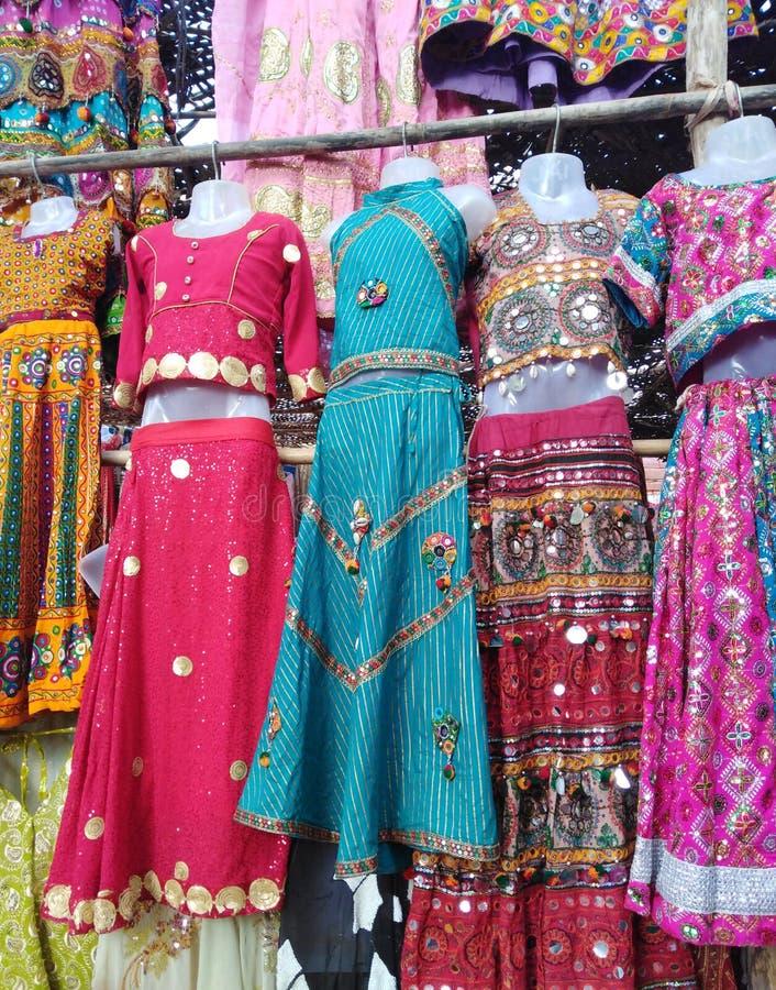 Vestiti da vendere sul mercato delle pulci di mercoled? Anjuna L'India, Goa fotografie stock