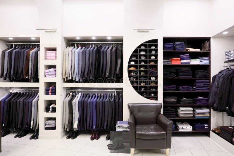 Vestiti degli uomini alla moda in negozio fotografie stock