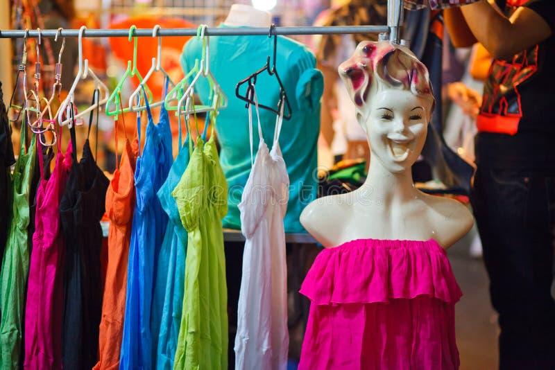 Vestiti del mercato di notte della Tailandia fotografia stock