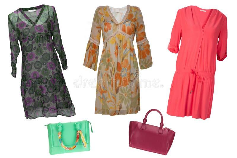 Vestiti della donna del collage Metta dei vestiti alla moda e d'avanguardia e degli accessori dalle donne isolati su un fondo bia fotografie stock