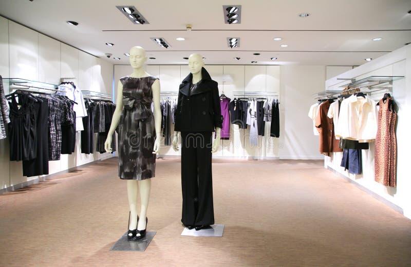 Vestiti della donna in negozio fotografie stock libere da diritti