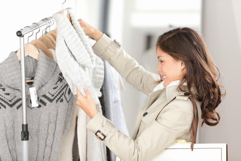 Vestiti di acquisto della donna immagini stock libere da diritti