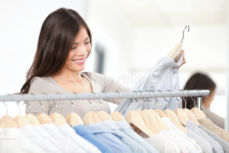 Vestiti di acquisto della donna del cliente fotografia stock libera da diritti