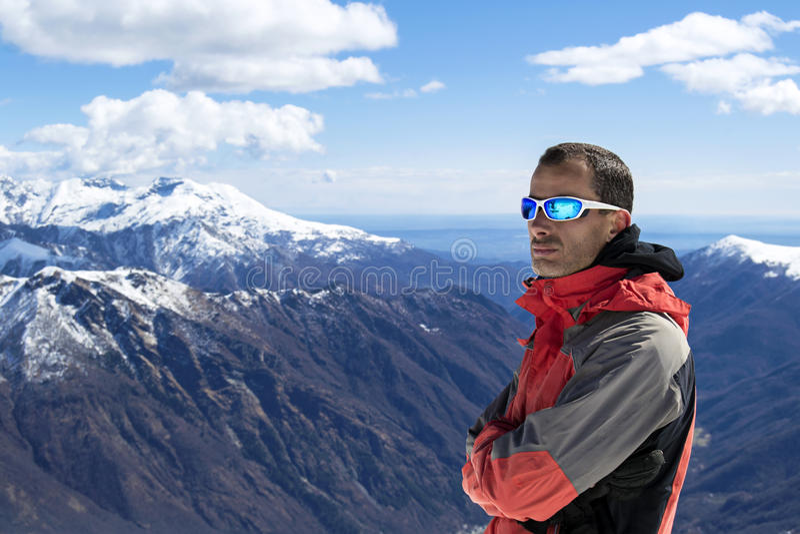 Vestiti di inverno della montagna dell'uomo fotografia stock