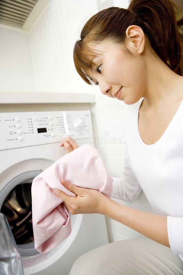 Vestiti di lavaggio della donna giapponese immagine stock libera da diritti