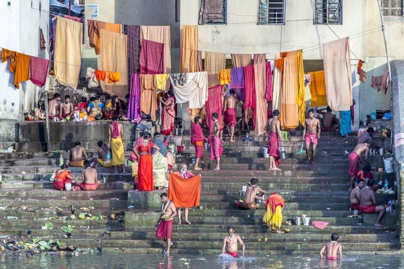 Vestiti di pulizia della gente e lavare nel fiume Gange in Calcu fotografie stock