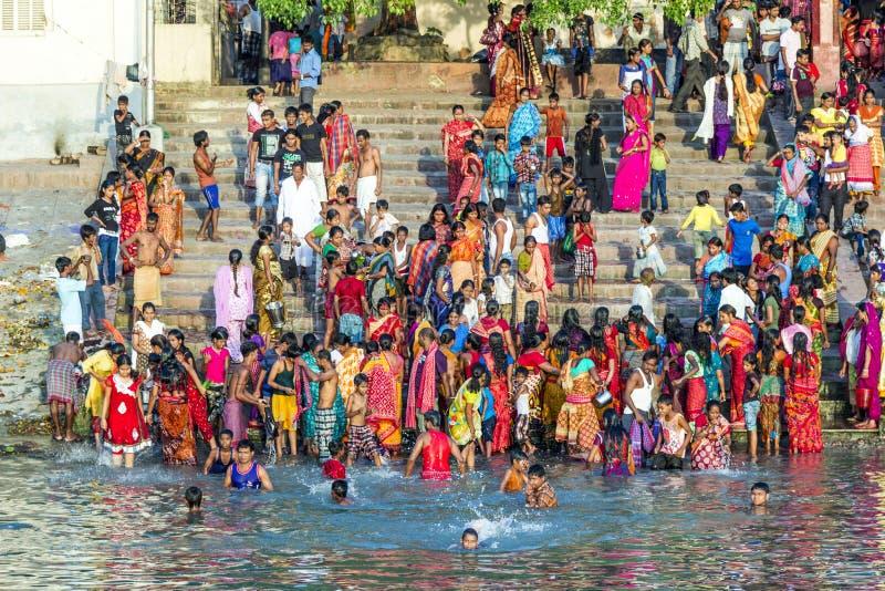 Vestiti di pulizia della gente e lavare nel fiume Gange in Calcu fotografia stock libera da diritti