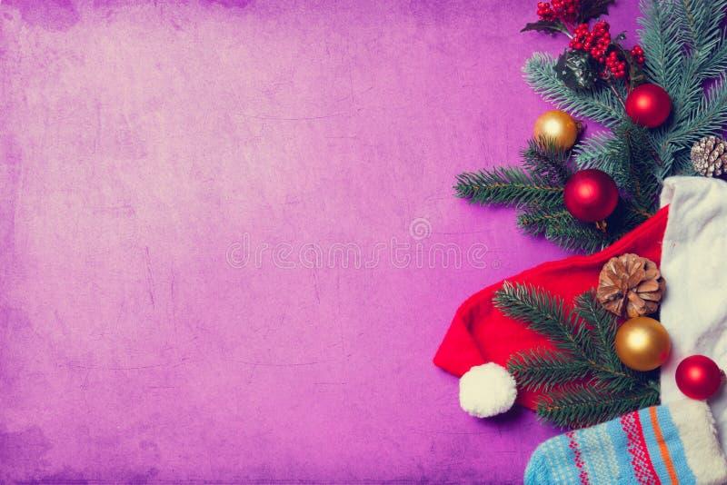 Vestiti di Santa Clous e ramo di natale fotografie stock