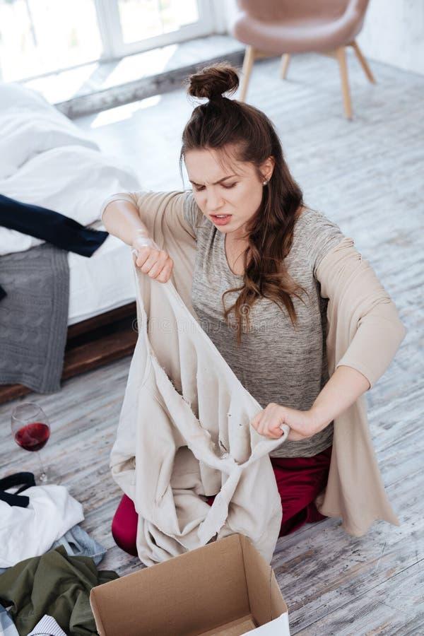 Vestiti domestici d'uso della donna che ritengono furiosi dopo il divorzio immagine stock libera da diritti