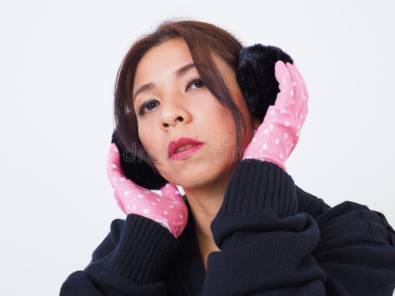 Vestiti e cuffia d'uso di inverno della donna graziosa immagini stock libere da diritti