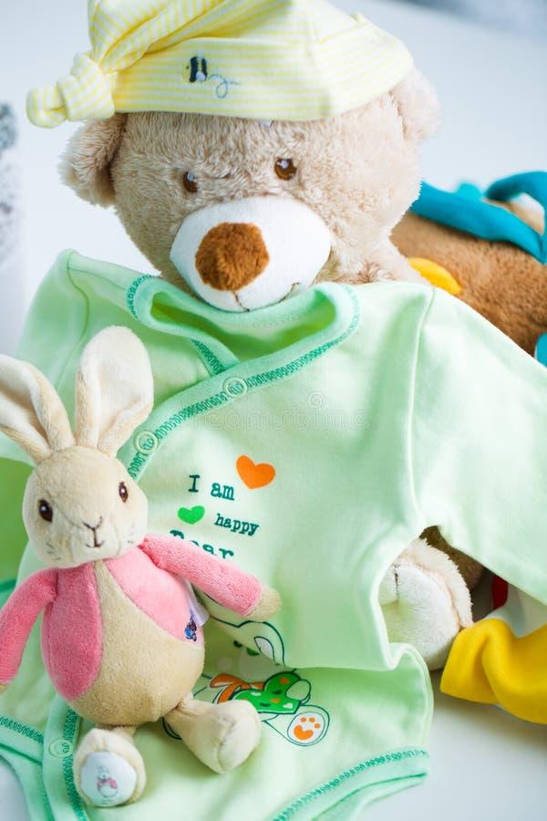 Vestiti e giocattoli del bambino fotografia stock