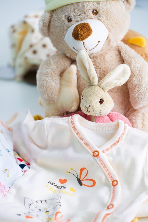 Vestiti e giocattoli del bambino fotografia stock libera da diritti